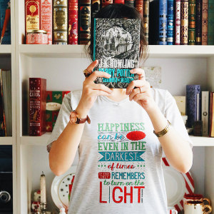 تی شرت کالکشن WearBookish طرح Turn the light